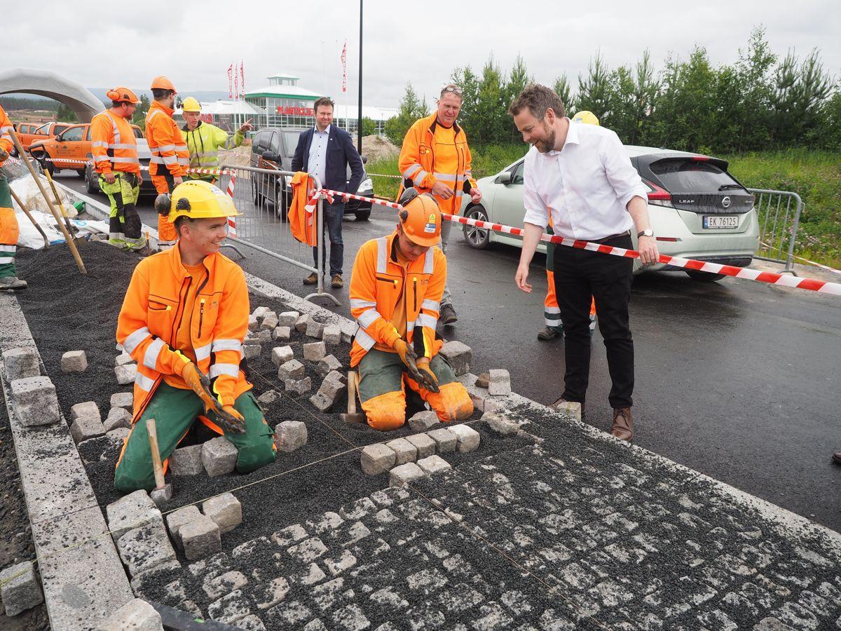 Anleggsgartnere fra Anleggsgartner Arnesen er i full sving på OPS-prosjektet Foto: Jørn Hindklev