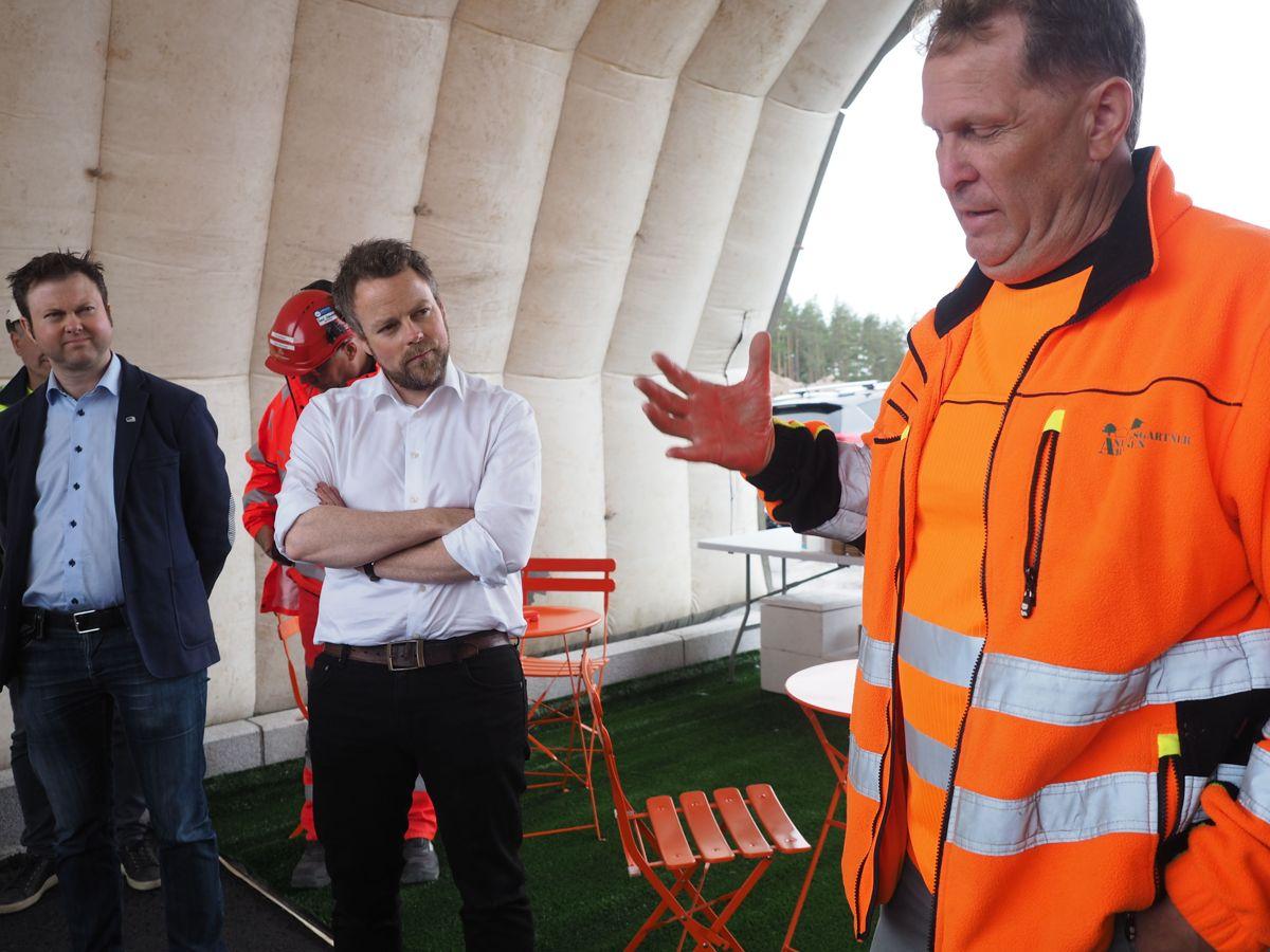 Daglig leder Trond Jørgen Arnesen i Anleggsgartner Arnesen fortalte om selskapets historie og utfordringer. Foto: Jørn Hindklev