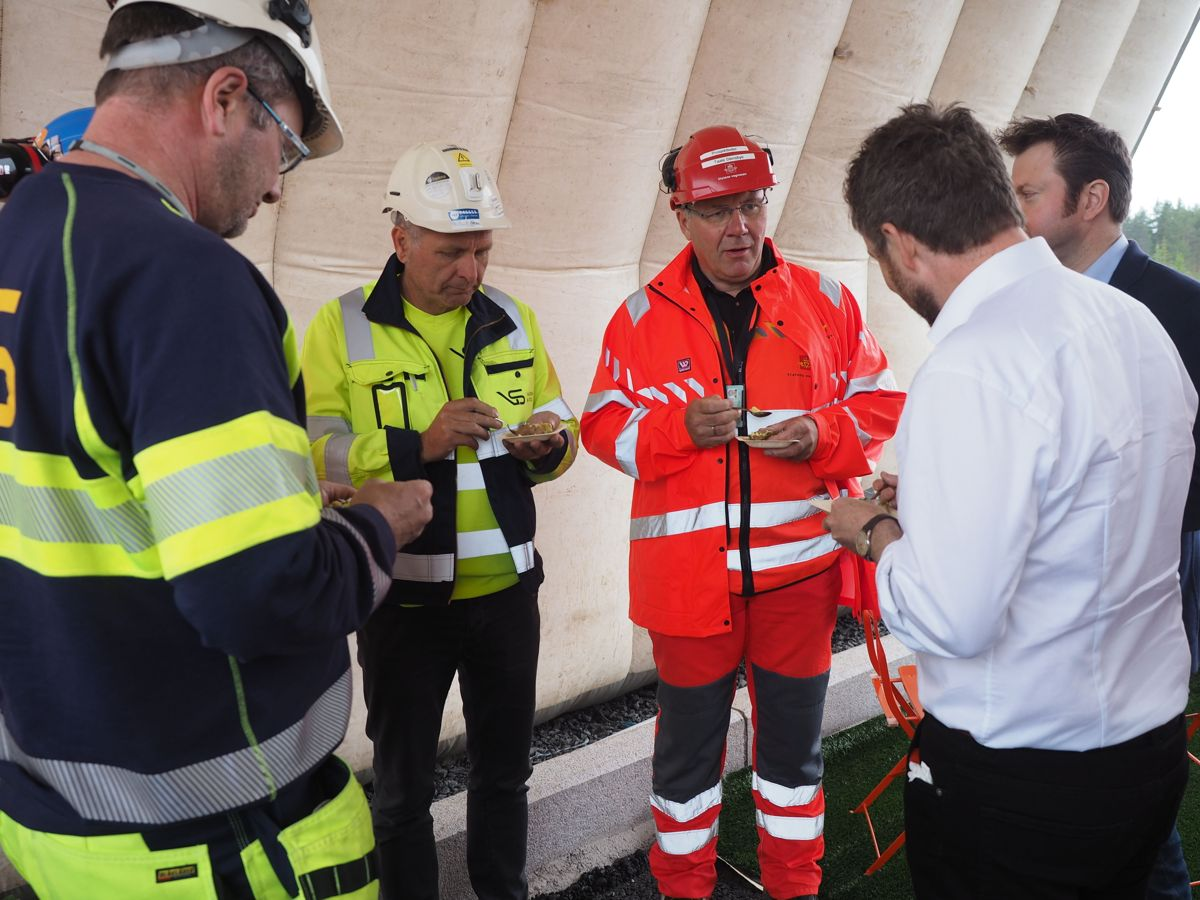 Prosjektleder Taale Stensbye i Statens vegvesen kunne opplyse til statsråden at prosjektet holder godt driv. Foto: Jørn Hindklev