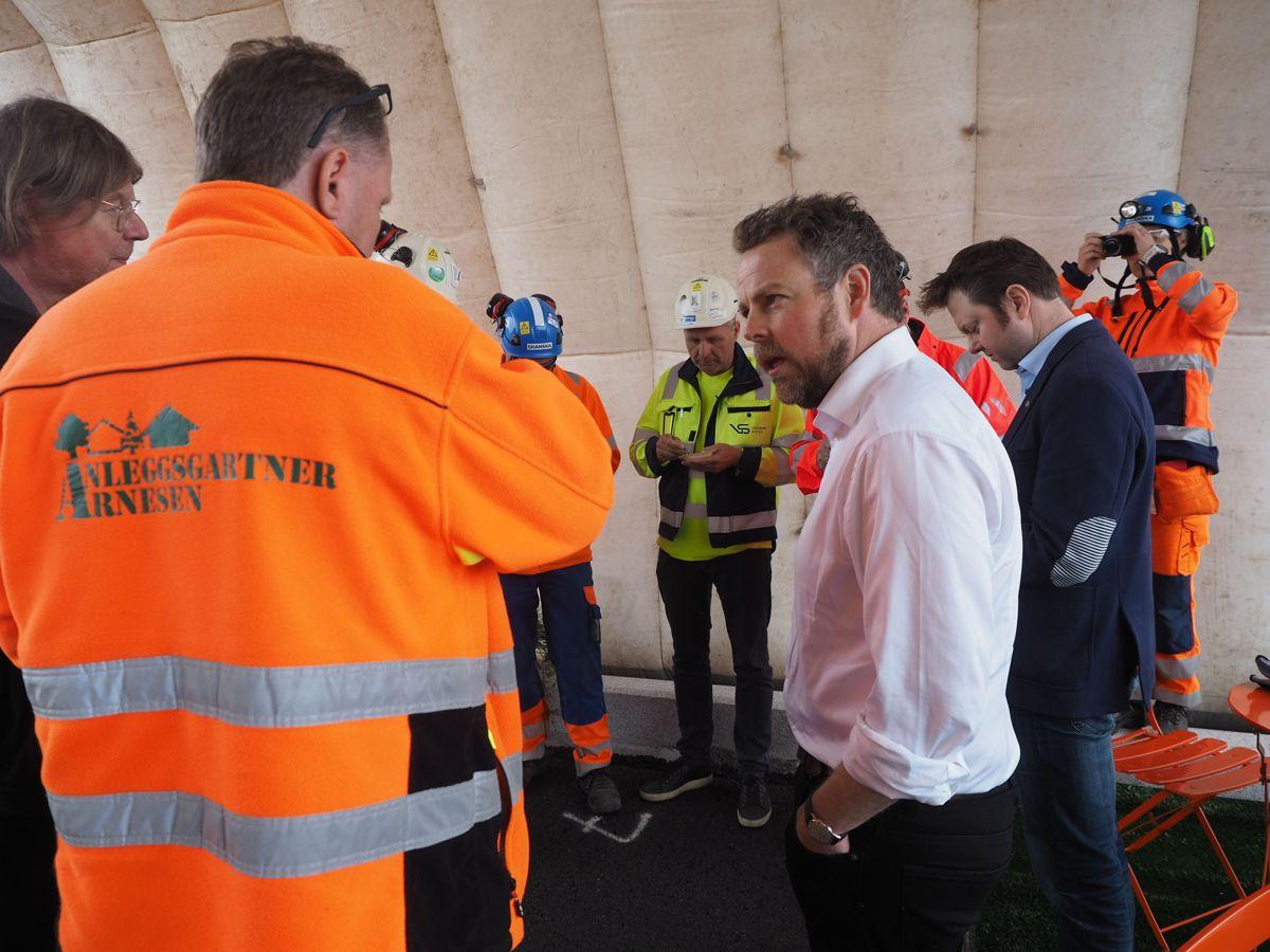 Næringsminister Torbjørn Røe Isaksen fikk møte Anleggsgartner Arnesen på OPS-prosjektet rv. 3/25. Foto: Jørn Hindklev