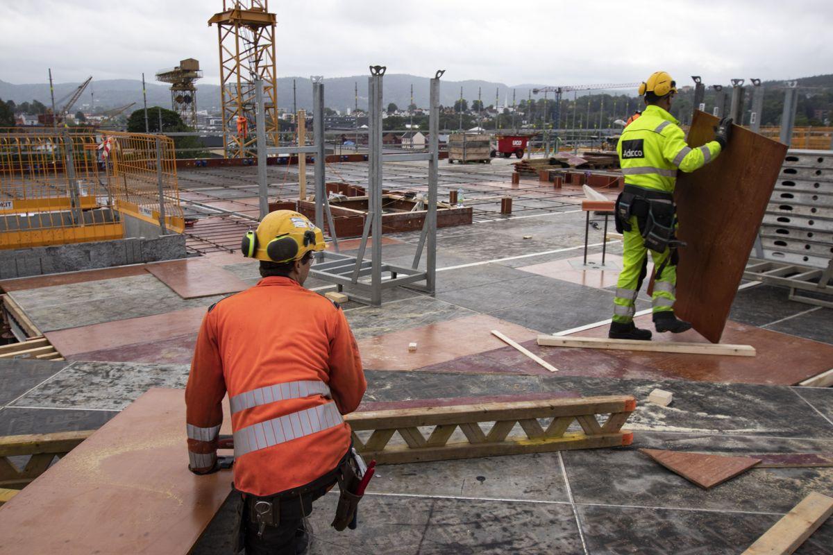 Arbeiderne har god utsikt over Porsgrunn.