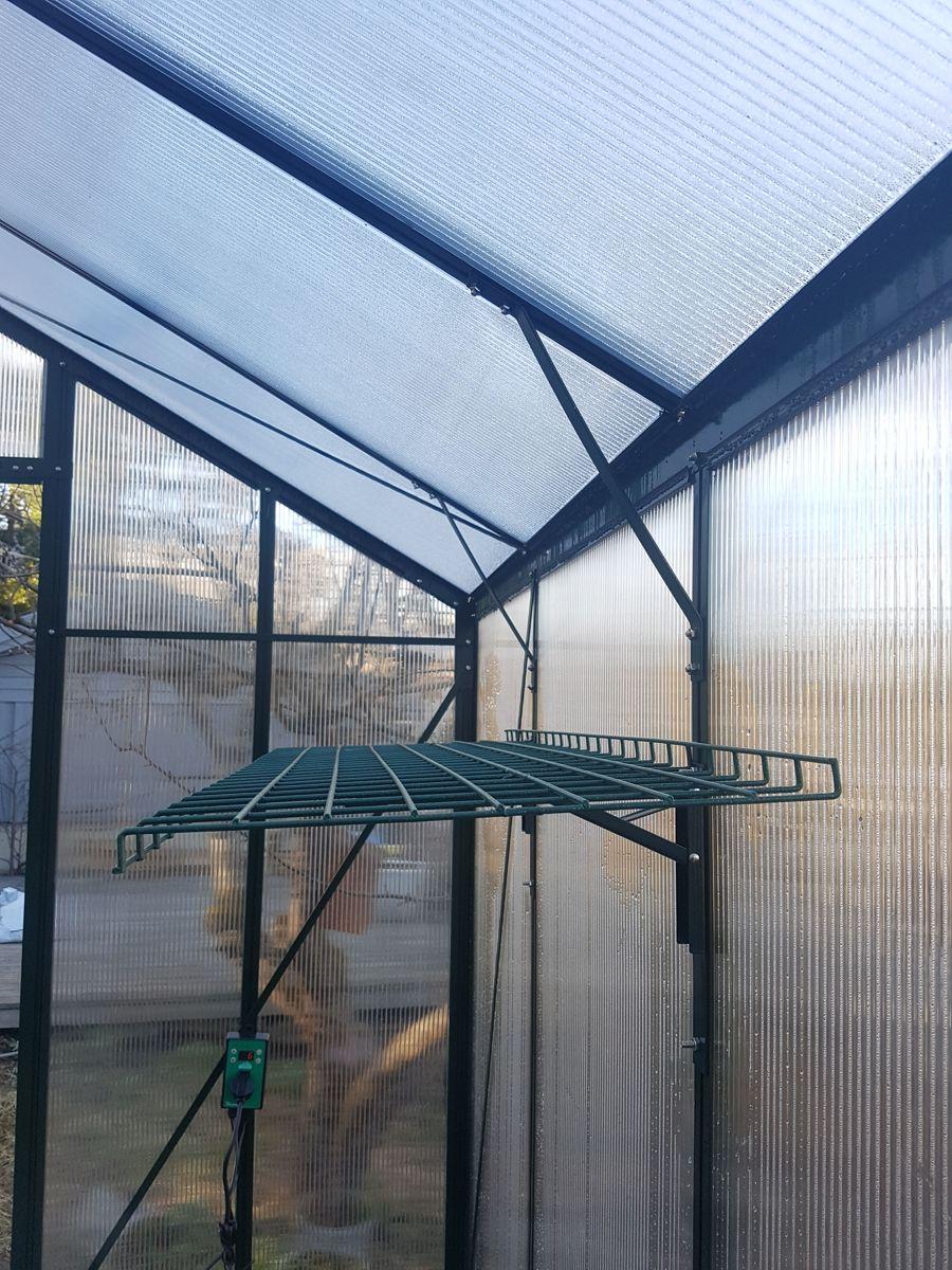 Nedfellbare hyller er et praktisk og nyttig tilbehør som gjør at du får plass til flere planter i drivhuset. Foto: Skarpihagen.no