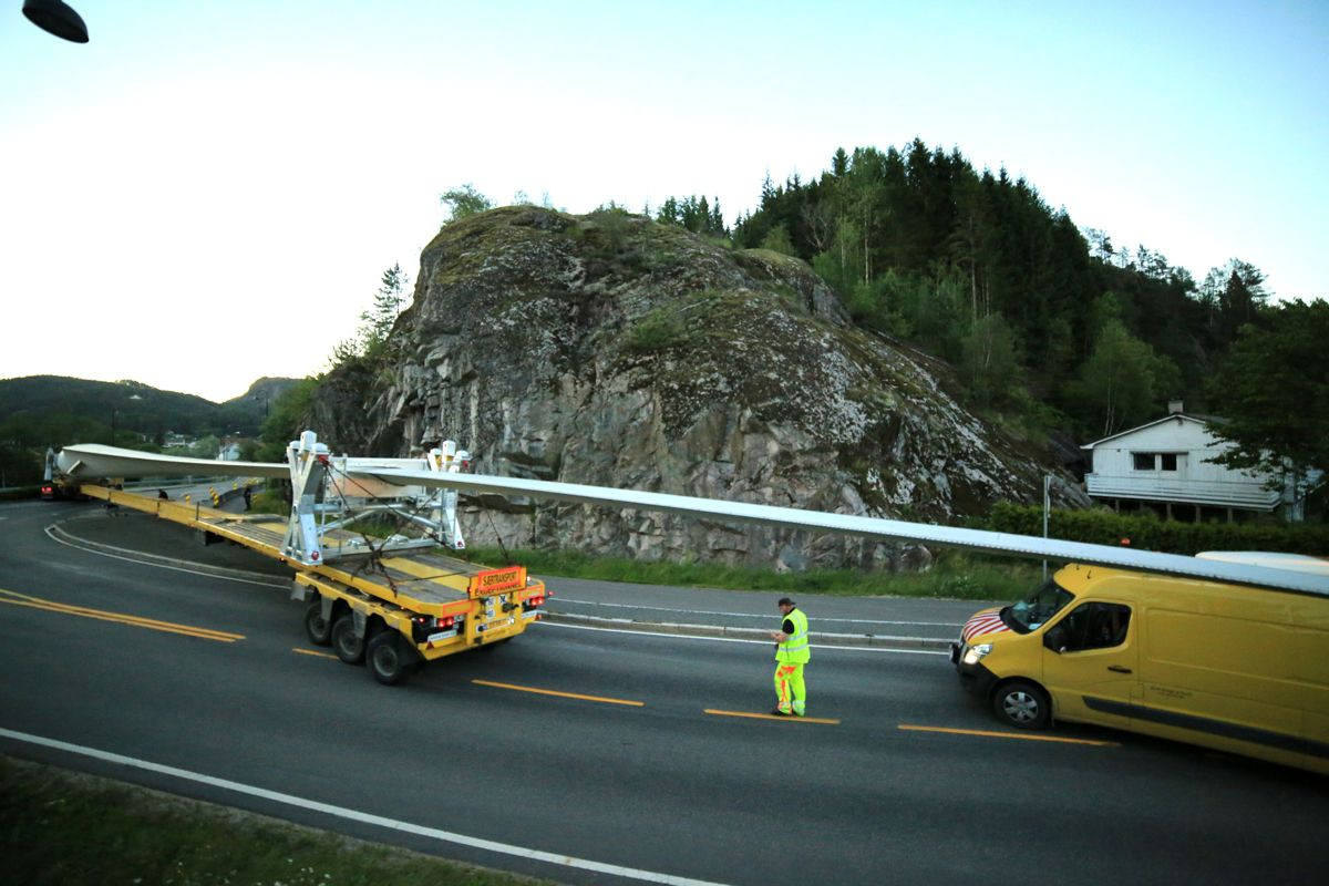 <p>Veien opp til vindparken krevende, og det har vært nødvendig å gjøre tilpasninger av veiene slik at lastebil med 71 m langt blad kan passere. Foto: Henriette-Sarah Holberg.</p>
