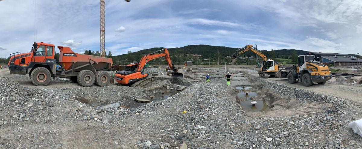 Siste innspurt før ferien for gjengen fra Backe Oppland og Nordby Maskin som jobber med bygging av nye Hakadal Skole og Idrettsanlegg.