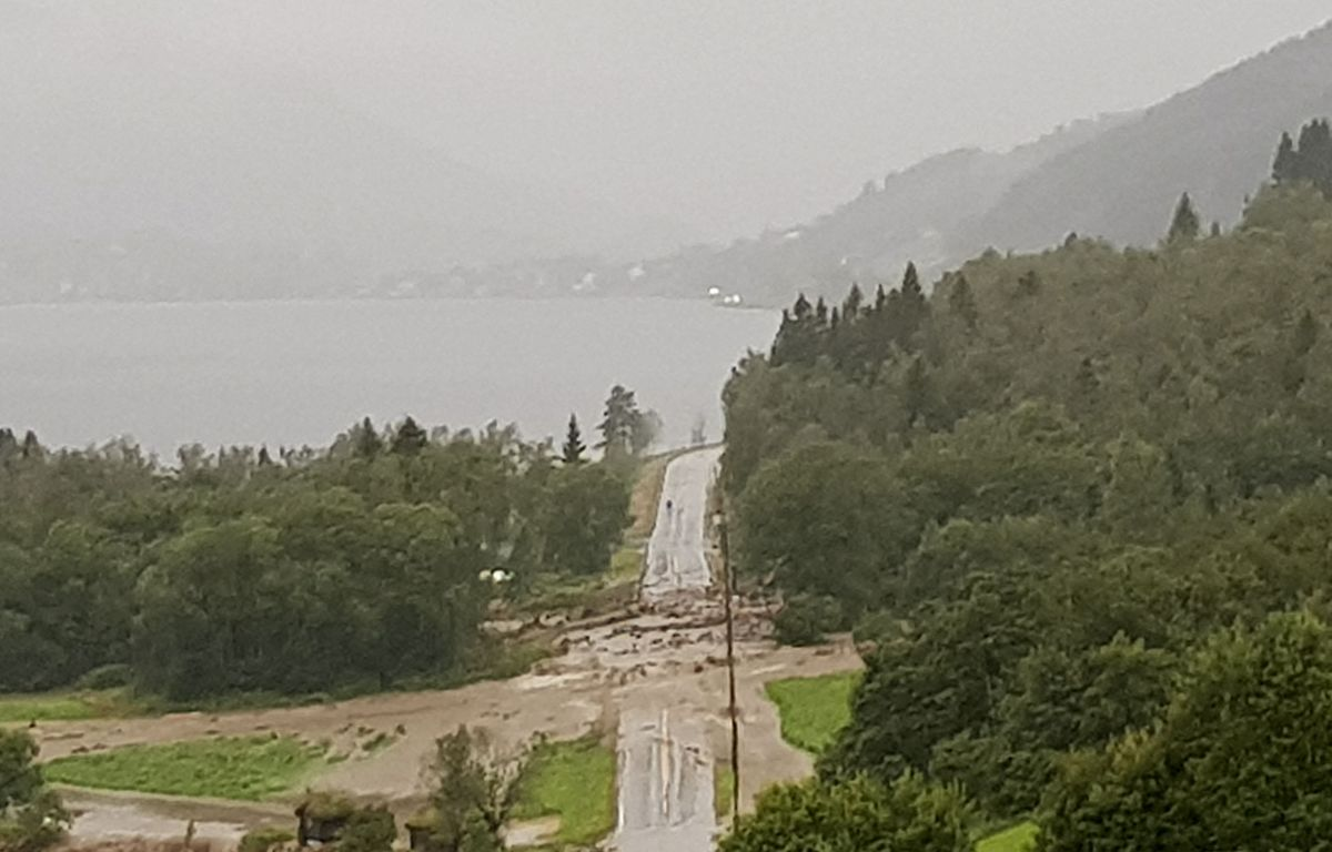 Store nedbørsmengder førte til jordras flere steder på E39 mellom Skei til Moskog i Jølster tirsdag kveld. Foto: Sølvi Kobbeltvedt / NTB scanpix