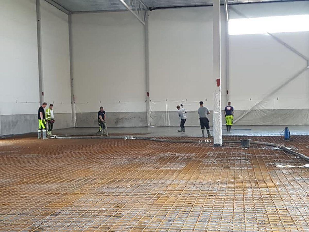 Hey'di AS ferdigstiller (støper gulv) sitt nye ferdigvarelager sommeren 2019. Nybygget blir totalt på 2.500 kvadratmeter.
