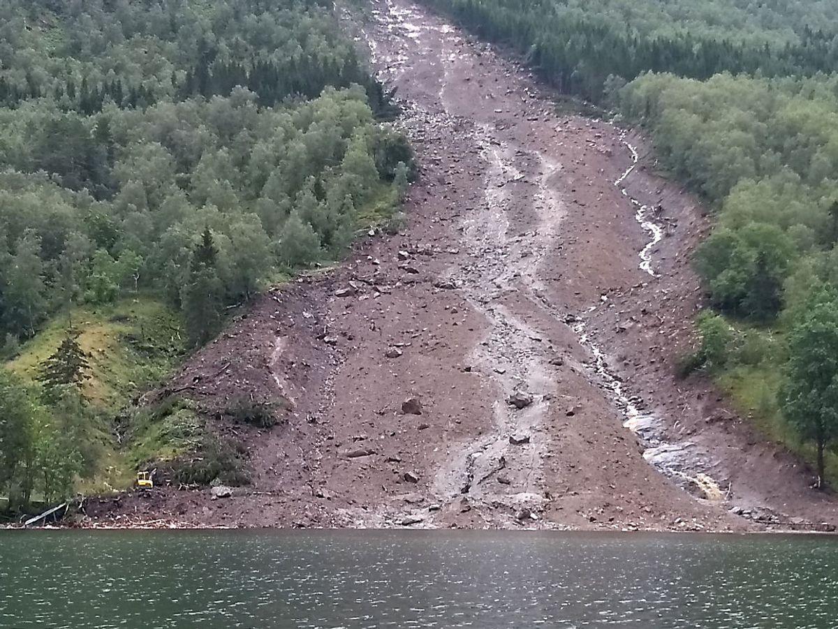 Et stort jordras har gått i Jølster, på sørsiden av vannet. Foto: Hallstein Dvergsdal, Firda Tidend / NTB scanpix