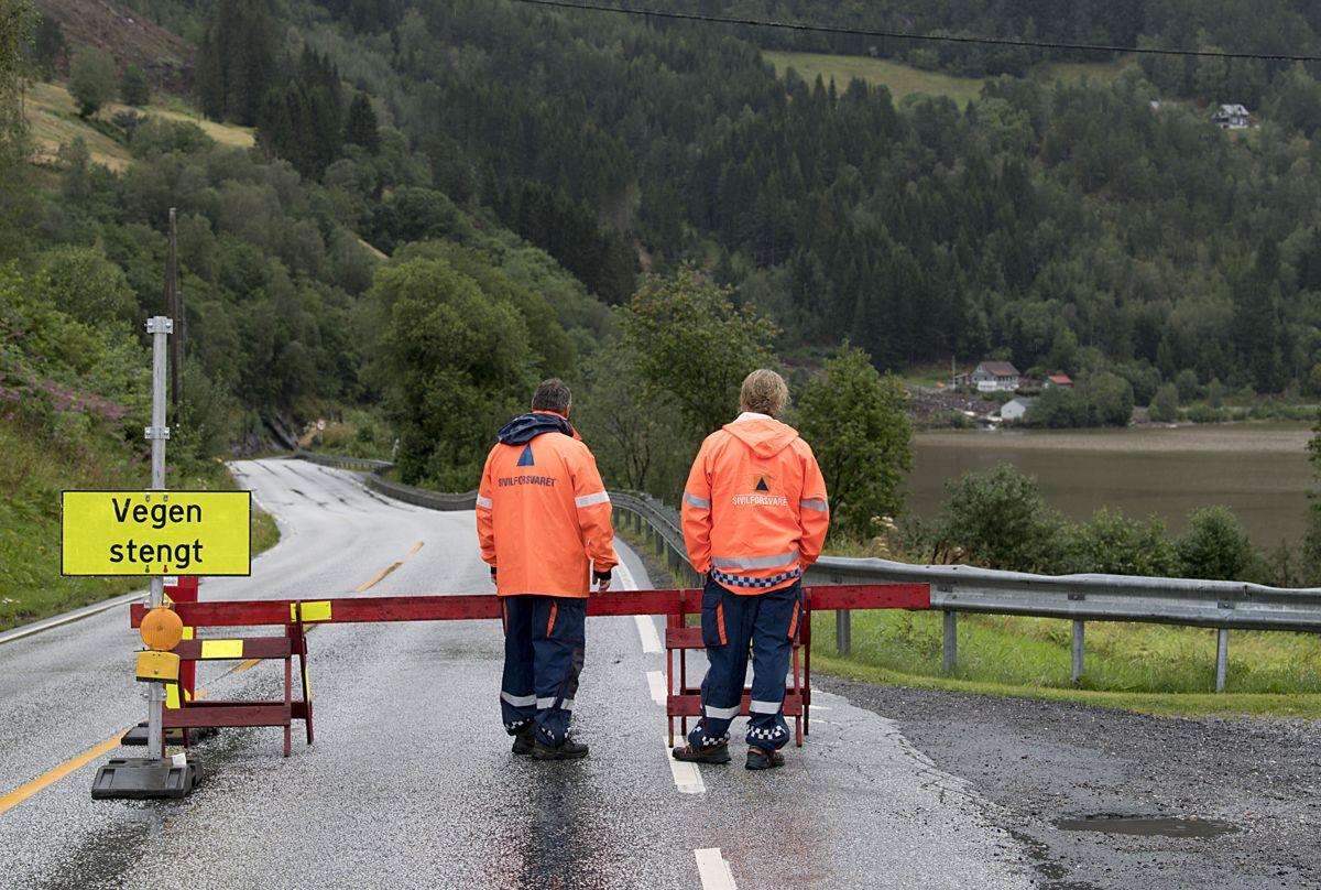 Veien mot Jølster er stengt ved Kussli. Foto: Marit Hommedal / NTB scanpix