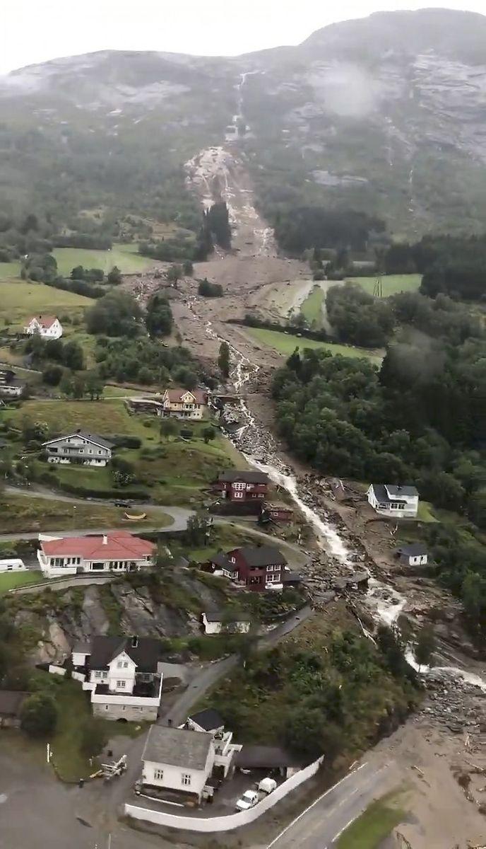 Stillbilde fra video tatt fra redningshelikopter over rasområdene i Jølster. Foto: Ole Berg-Rusten / NTB scanpix