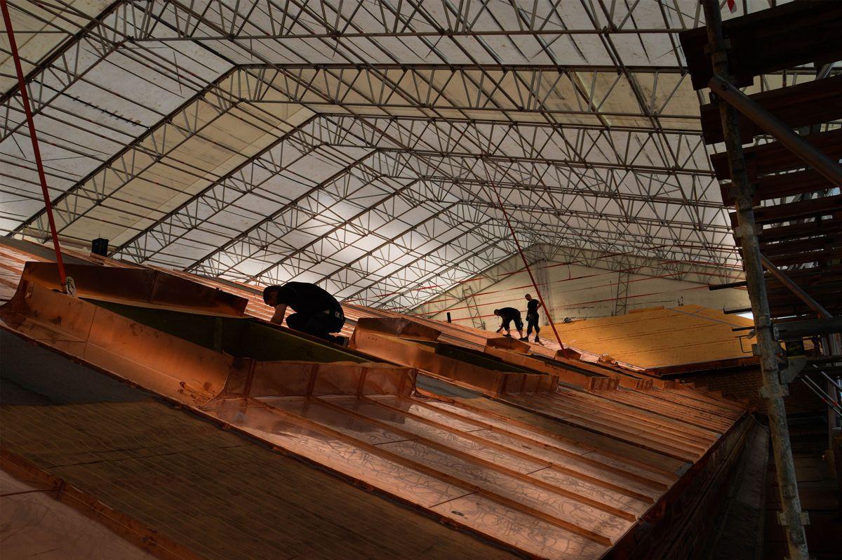 Blikkenslagerne hos Karlsen & Nordseth Entreprenør bruker sommerdagene på taket til Historisk Museum.