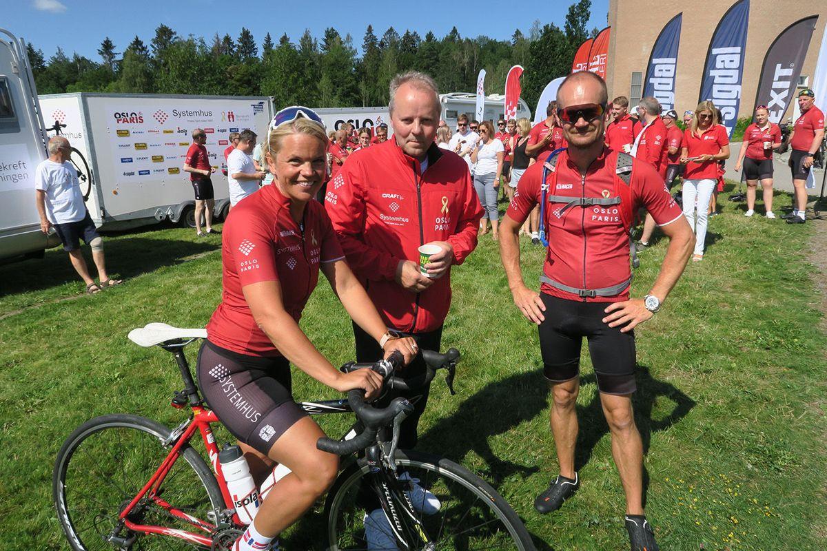 Audi Østli som skal sykle til Paris, blant andre sammen med Kim Straume. Kjededirektør Trond Lie i Systemhus (i midten) skal være med i en av følgebilene.