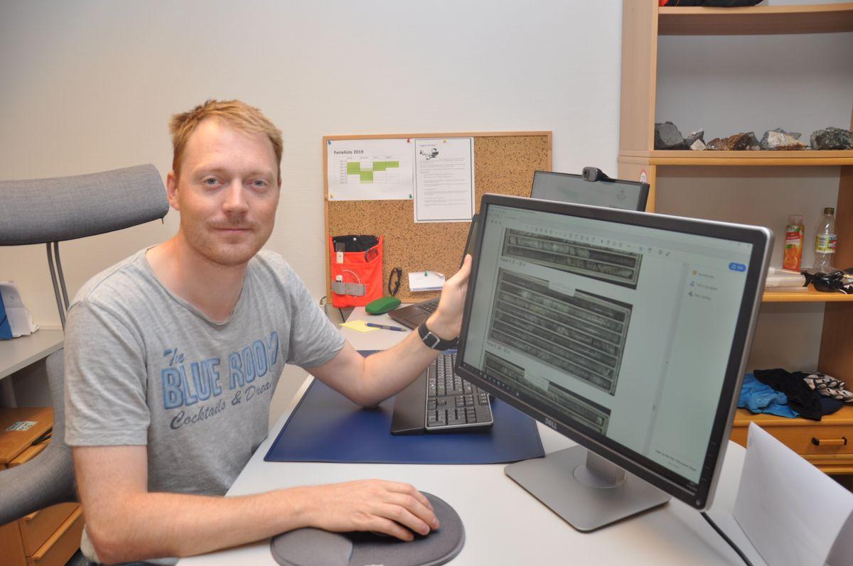 Ingeniørgeolog Lars Jørgen Hole med borkjerner fra E134-tunneler i Kongsberg. Foto: Kjell Wold/Statens vegvesen