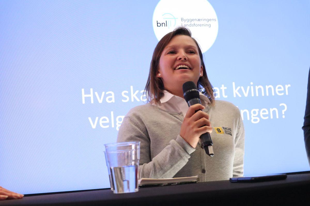 - Jeg var ute av bransjen i flere år, men kom tilbake fordi jeg elsker å jobbe med tre, sier tømrerlærling Marthe Andreassen i Backe Vestfold Telemark - som har bakgrunn som møbelsnekker. Foto. Svanhild Blakstad