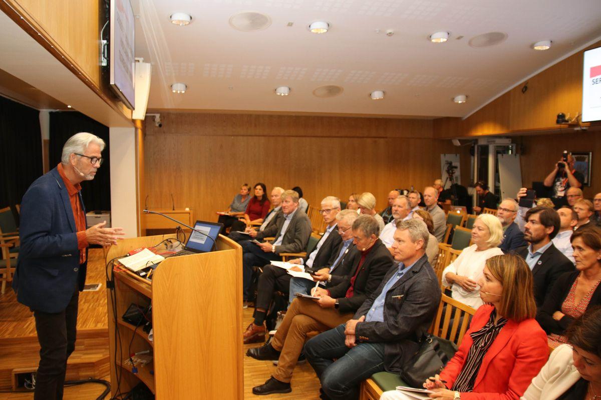 BNL-sjef Jon Sandnes pratet til menigheten under relanseringen av seriøsitetsprosjektet på Arendalsuka. Foto: Christian Aarhus