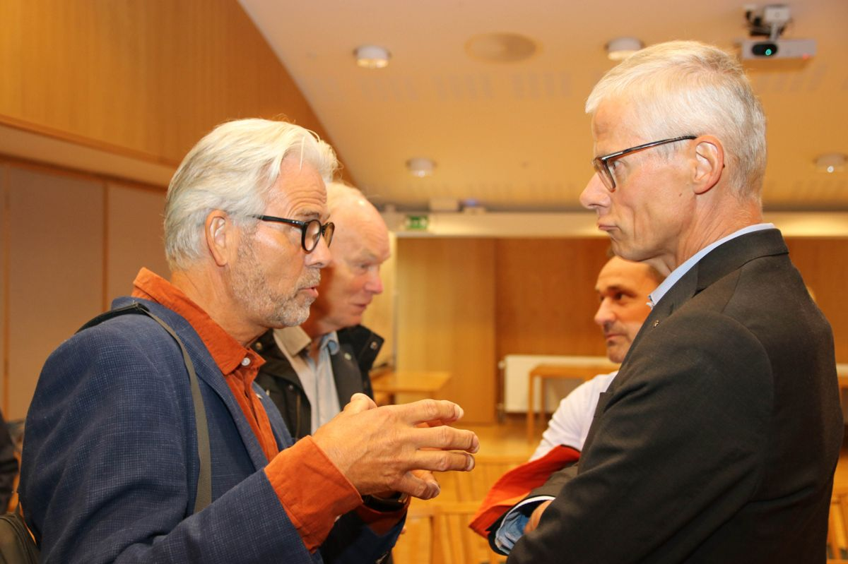 <p>BNL-direktør Jon Sandnes i samtale med skattedirektør Hans Christian Holte. Foto: Christian Aarhus</p>