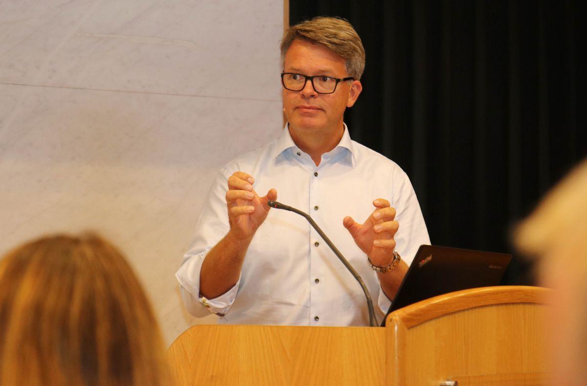 Kommunikasjonsdirektør Audun Lågøyr i Skanska Norge var tydelig på hva de tror er de beste tiltakene for å løse seriøsitetsutfordringen i byggenæringen. Foto: Christian Aarhus
