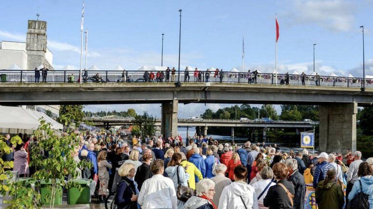 Mange hadde møtt frem for å markere åpningen av elvepromenaden, som fant sted i forbindelse med Sandvika Byfest. Foto: Irene Solvang