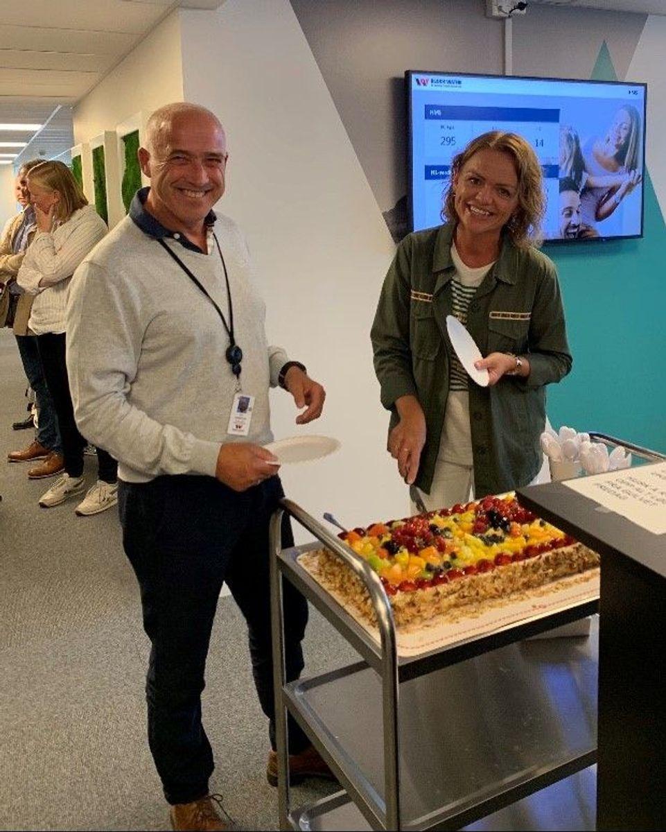 Direktør for operativ enhet/HMS/entreprise, Per Nesbakken og HMS-sjef Anita Helen Grønnvold markerer ulykkesnedgangen med kake.