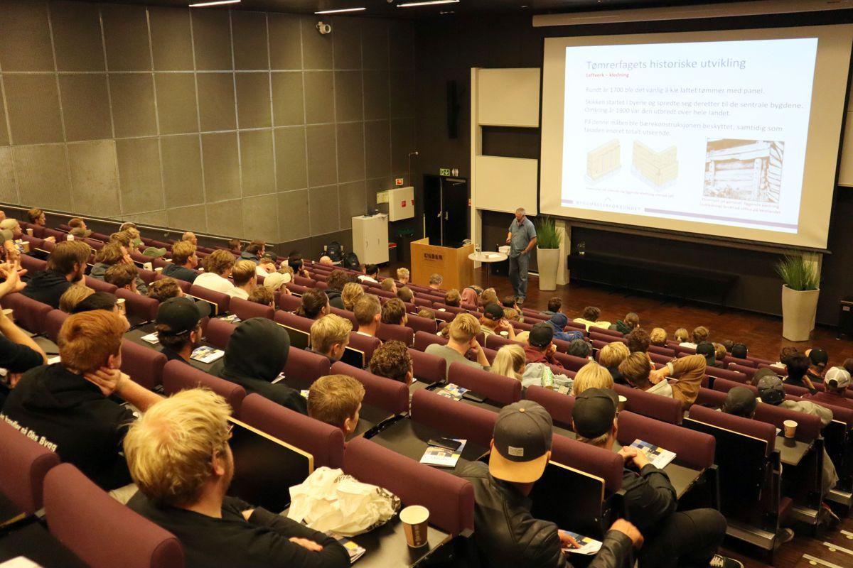Øivind Ørnevik i Byggmesterforbundet ga lærlingene en innføring i tømrerfagets historiske utvikling. Foto: Svanhild Blakstad