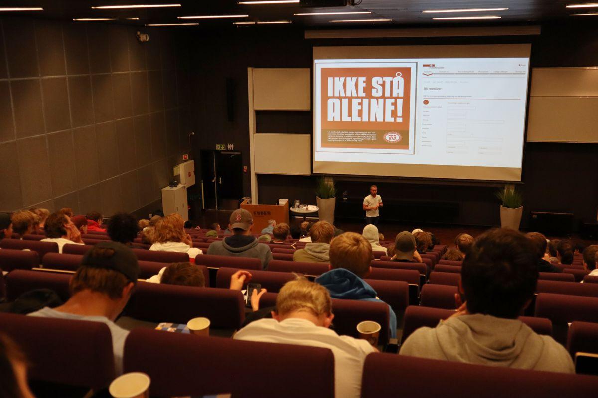 Jonas Bals på podiet under fagdagen for tømrerlærlinger som ble arrangert på Kuben yrkesarena av Opplæringskontoret for tømrerfag. Foto: Svanhild Blakstad