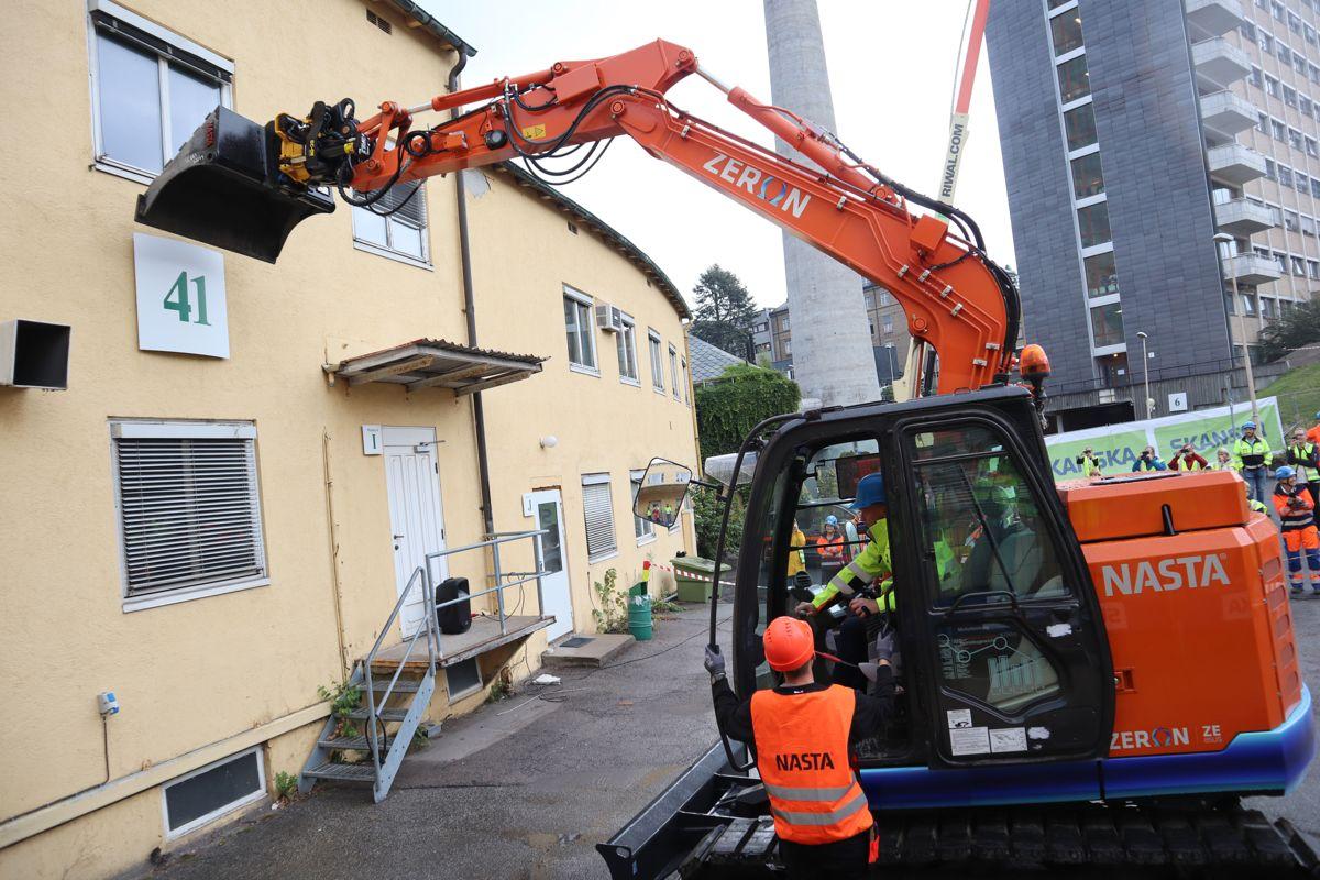 <p>Byrådsleder Raymond Johansen fikk kyndig veiledning fra maskinleverandøren da han kunne markere rivestart for Oslos nye storbylegevakt ved Aker sykehus.</p>