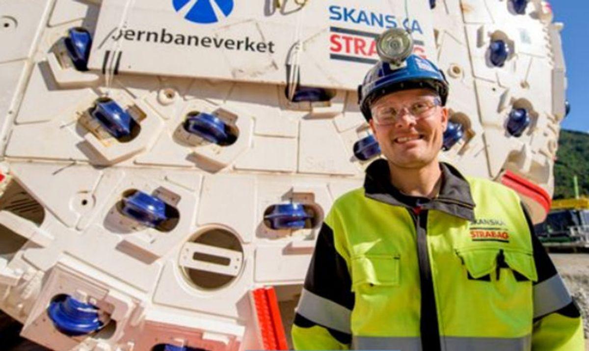 Torbjørn Tveit Bakketun er prosjektsjef for TBM-prosjektet i Ulriken. Her står han foran borhodet til Ulrikke under monteringsarbeidet høsten 2015. Foto: Sverre Hjørnevik