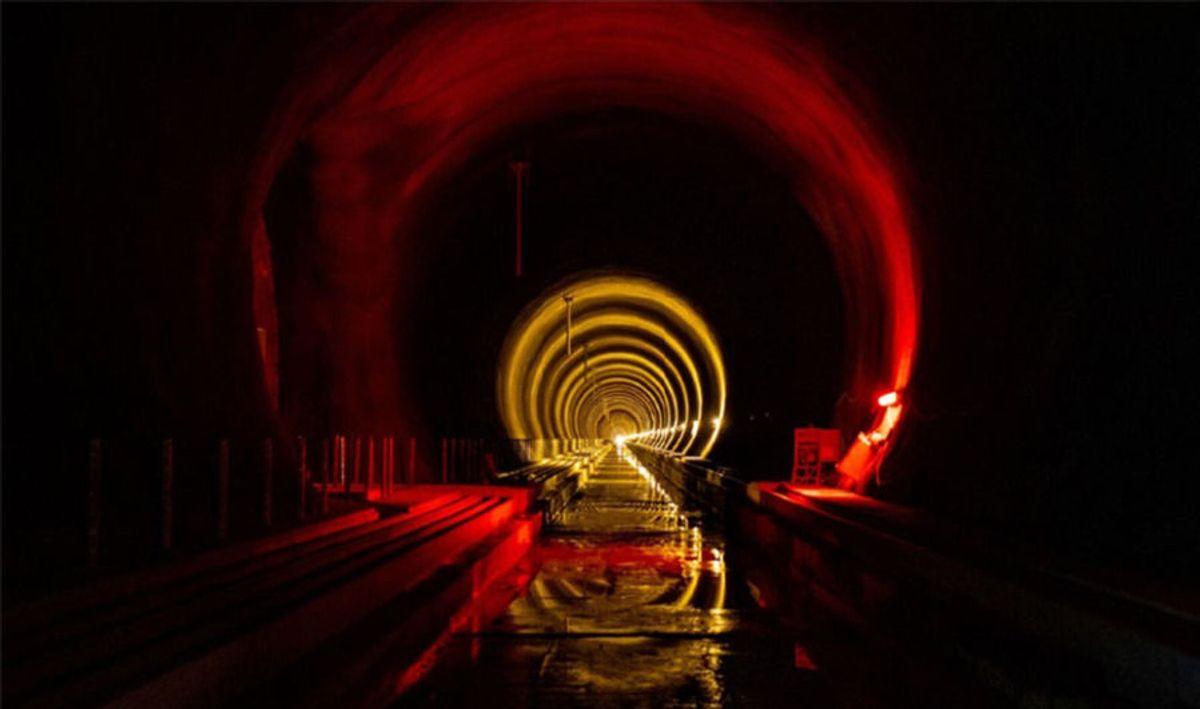 Nye Ulriken tunnel er ferdig boret og sprengt. Nå har ny entreprenør tatt over og gjennomfører jernbanetekniske installasjoner. Foto: Sverre Hjørnevik