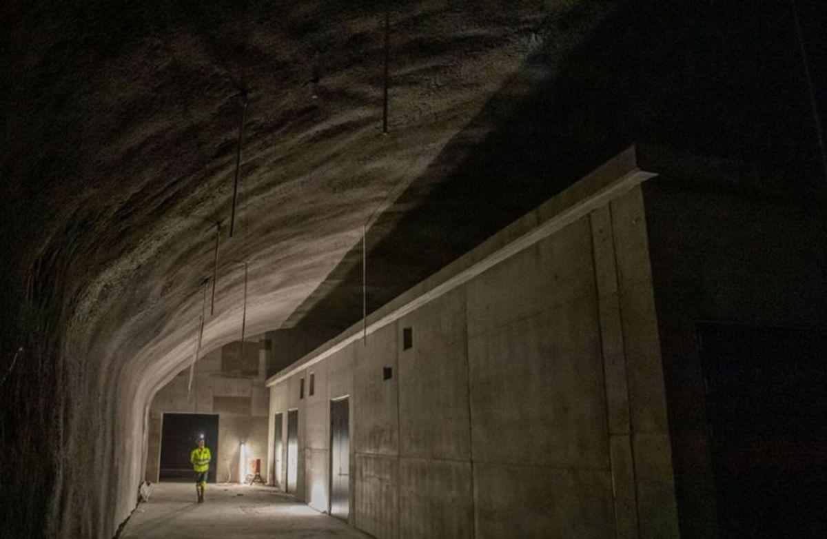 Her ser vi et av de ni tekniske byggene som er oppført i plasstøpt betong i en av 16 tverrpassasjer som er sprengt ut mellom ny og eksisterende tunnel. Foto: Sverre Hjørnevik