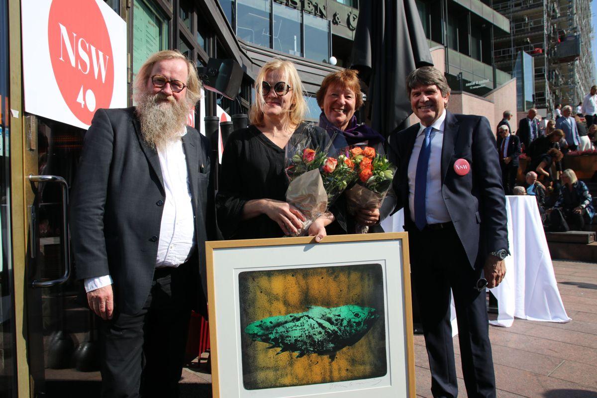 Ordfører Marianne Borgen overleverte NSWs jubileumspris (et innrammet trykk av Håkon Gullvåg - Urfisken) til Michelin-stjernevinner Heidi Bjerkan som Årets Byutvikler. Tl venstre Håkon Gullvåg.