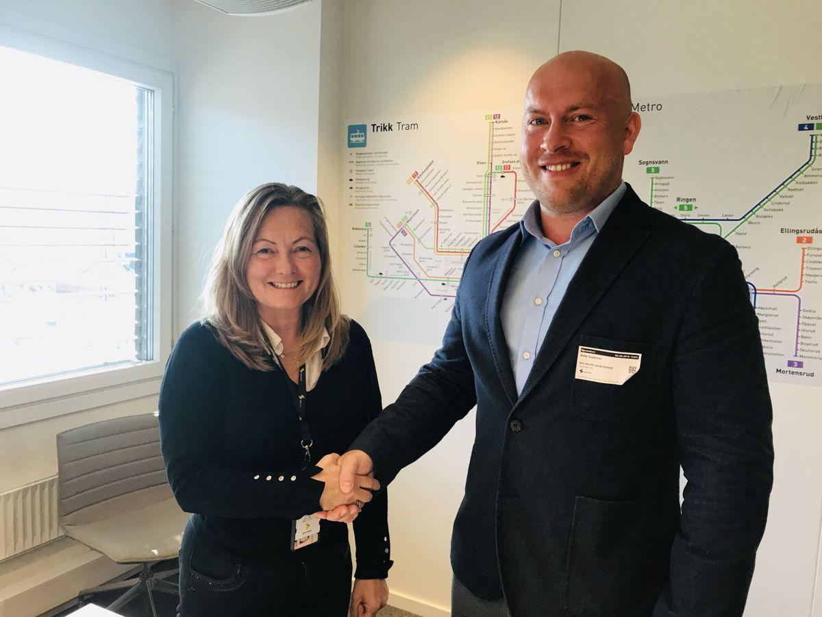 Prosjektleder Laila Nilssen i Sporveien og daglig leder Rafal Superson i Trasé. Foto: Sporveien