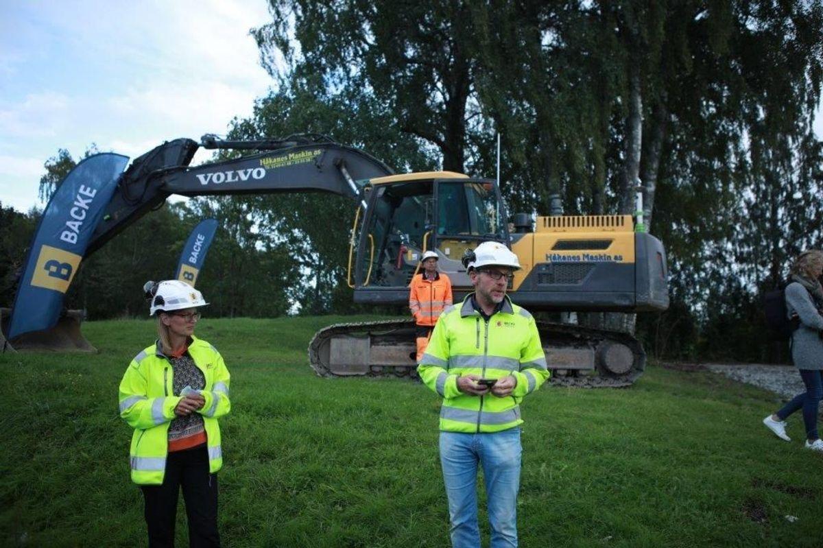 <p>Asker-ordfører Lene Conradi og administrerende direktør i Backe Stor-Oslo, Arne Landmark, tok første spadetak på Risenga ishall i Asker. Foto: Asker kommune</p>
