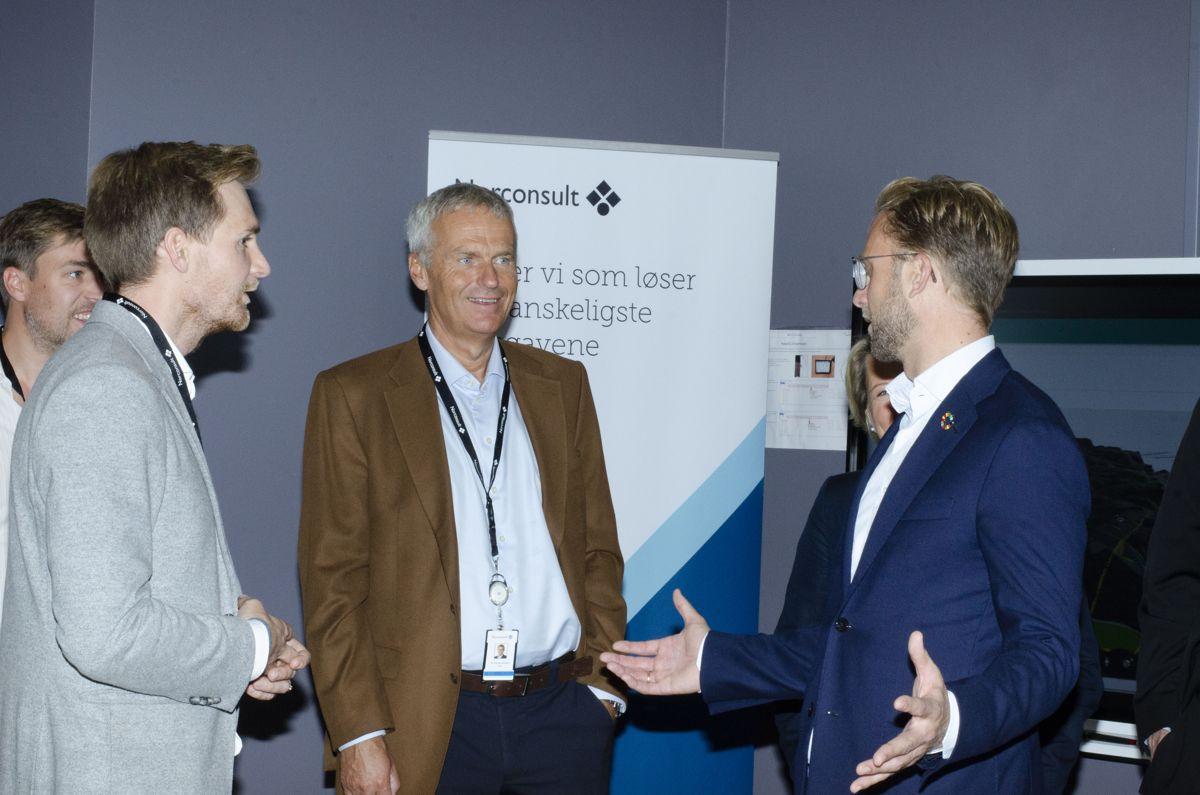 BIM-strateg Gjermund Dahl (fra venstre), Norconsult-konsernsjef Per Kristian Jacobsen og digitaliseringsminister Nikolai Astrup.
