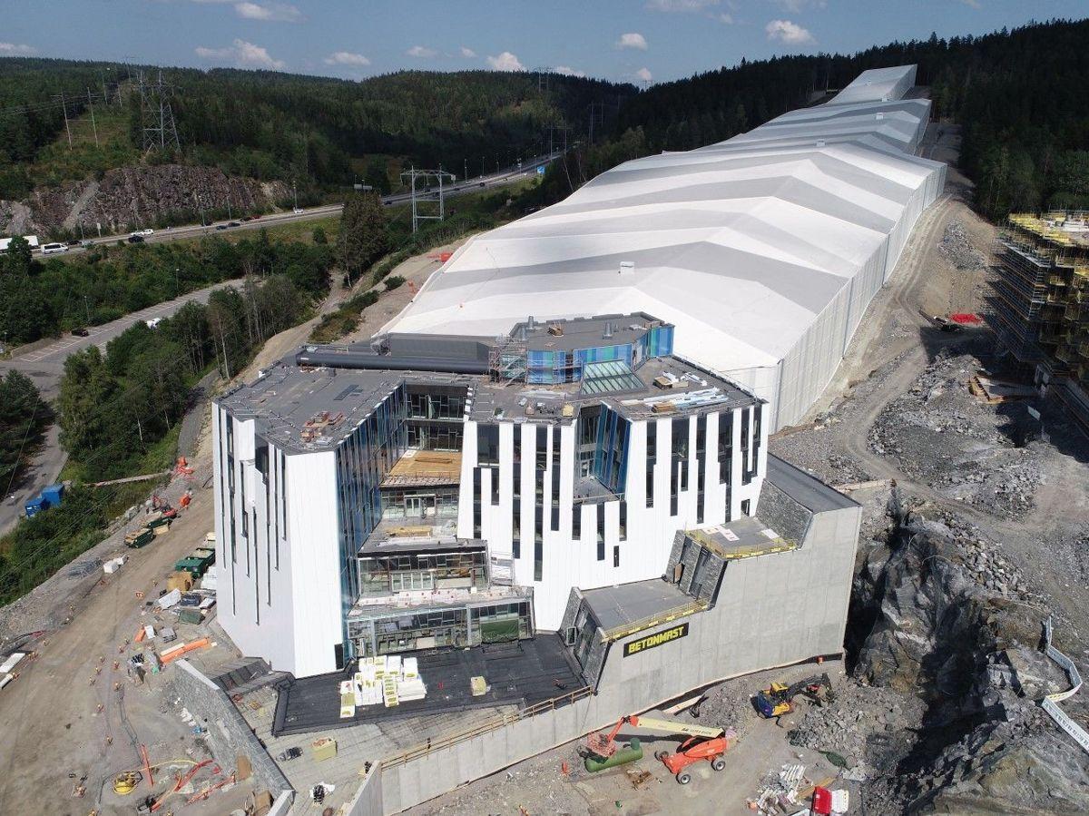 Det 50.000 kvadratmeter store prosjektet SNØ omtales som ett av de mest innovative kommersielle prosjektene som er blitt gjort i Norge noensinne. Fasadearbeidene, som er utført av selskapet Eiqon, ble en av største utfordringen på anlegget i og med at fasaden skrår innover uten noen rette 90 graders vinkler. Foto: Betonmast