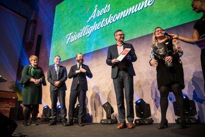 Stor glede på scenen da Karmøy i fjor ble utnevnt som årets frivillighetskommune. Prisen deles ut av KS og Frivillighet Norge. Foto: Frivillighet Norge / Carl-Fredric Salicath