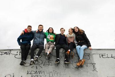 Under Ungdomskonferansen 2019 møttes 600 deltakere fra ulike ungdomsråd i Oslo. Her ved (f.v.): Johannes Strømberg, medlem av ungdomsrådet og ungdommens fylkesutvalg i Vest-Agder, Oliver Tregde, medlem av ungdomsrådet og ungdommens fylkesting i Vest-Agder, Frida Udøy Grimestad, medlem av ungdomsrådet, Emily Berge, tidligere nestleder av Mandal BU, nå styremedlem for ungdomsrådet, Sara Helmersen, tidligere leder av Mandal BU og Britney Røyland, medlem av Ungdomsrådet.