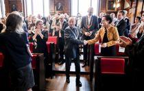 Roger Ryberg (Ap) mottar gratulasjoner og applaus etter å ha blitt valgt til fylkesordfører for Viken torsdag. Her er han på vei opp fra salen for å bytte ut fylkesordførerkjedet fra Buskerud med et nystøpt Viken-kjede. Foto: Vidar Ruud / NTB scanpix