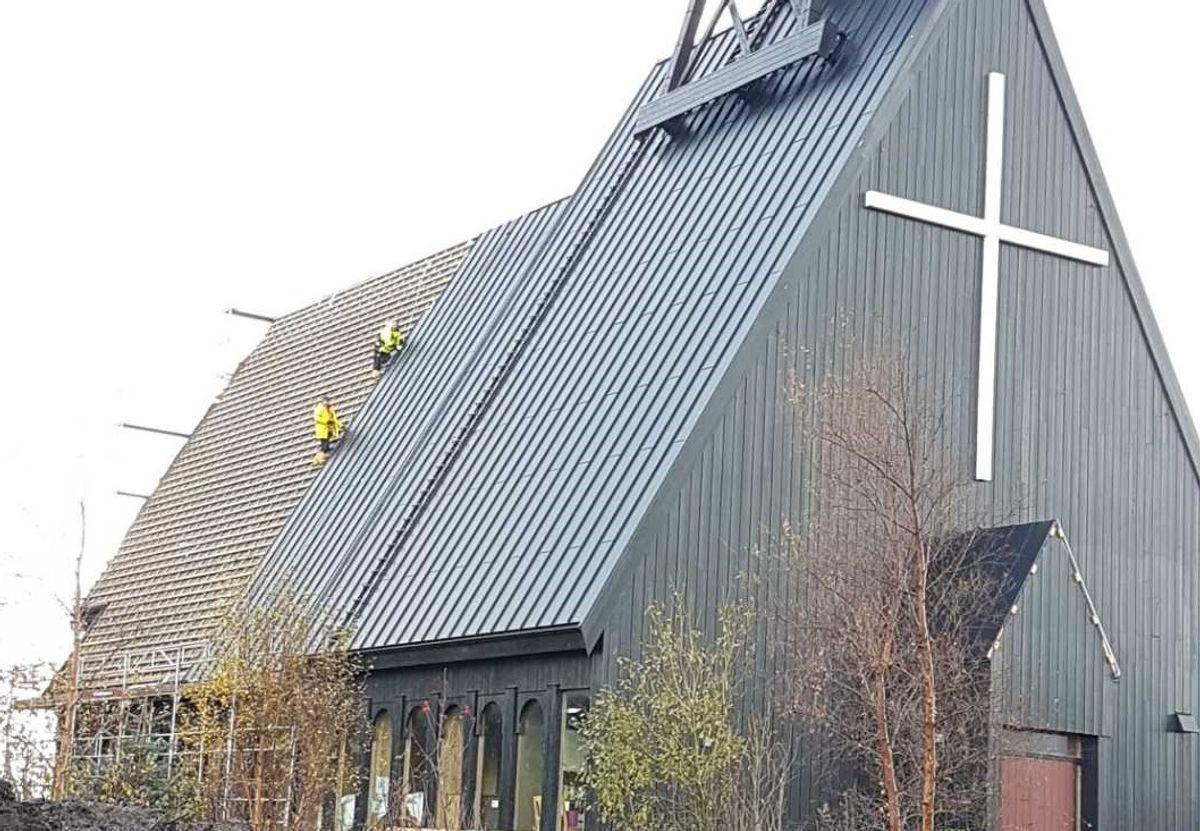 Trøbbel med taket: Storekalsøy kirke i Austevoll er under rehabilitering, men nå er deler av taket borte. Privat foto