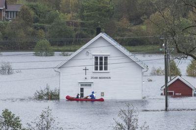 KANO PÅ VEIEN: Veiforholdene ble vanskelige mange steder i Kristiansand kommune under flommen høsten 2017, som her ved bedehuset på Drangsholt langs riksvei 41.