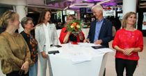<p>Vestland fylkeskommune blir første fylke som stiller nullutslippskrav til drosjene. Det ble vedtatt av flertallet – her representert ved f.v. Gunhild Berge Stang (V), Trude Brosvik (KrF), Natalia Golis (MDG), Anne Gine Hestetun (A), Jon Askeland (Sp) og Marthe Hammer (SV). Bildet ble tatt da de la fram sin politiske plattform i fjor høst.</p>