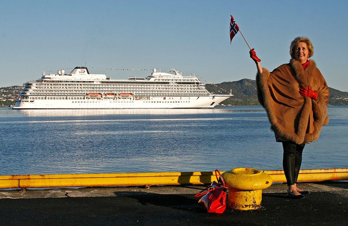 Arkivbilde av tidligere ordfører i Bergen, Trude Drevland, foran cruiseskipet Viking Star. Bildet er tatt 15. mai 2015 da Viking Star kom til Bergen for første gang. Foto: Erik Ask / NTB scanpix