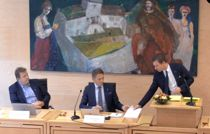 Her blir Tom Myrvold (midten) valgt til ordfører i nye Ørland under det konstituerende møtet 3. oktober, slik valget fortonte seg fra tv-sendingen. Senere ble han først avsatt av kommunestyret, så gjeninsatt av Fylkesmannen.