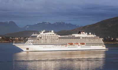 Cruiseskipet Viking Sun fra Viking Cruises, på vei til inn til Ålesund. Foto: Halvard Alvik / NTB scanpix