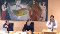 Her fremmer Aps Laila Iren Veie (t.h.) forslag om å sende ordførerdramaet til Monica Mæland for avgjørelse, under kommunestyremøtet mandag 11. november.