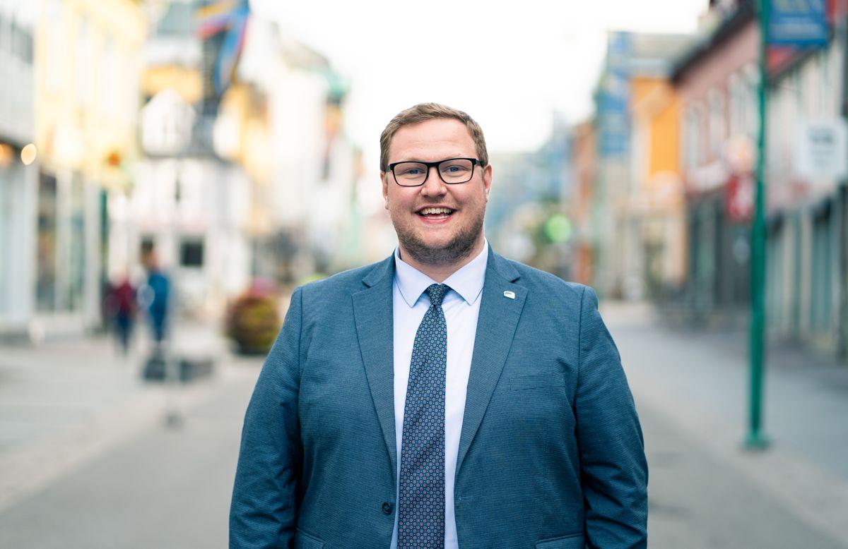 Erlend Svardal Bøe, gruppeleder for Høyre i Tromsø, reiser ofte rundt til partilag for å lære bort hvordan man får et godt forhold til mediene. Foto: Trygve Espejord