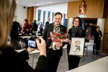 Både lokalpresse, familie og ansatte var til stede da ordfører Alfred Bjørlo gikk overrakt prisen – en karikaturegning av Sven Tveit. Foto: Magnus K. Bjørke