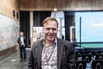 Ordfører Alfred Bjørlo (V) i Eid/Stad ble satt ut, da han fikk beskjed om at han er Årets kommuneprofil. Foto: Magnus Knutsen Bjørke