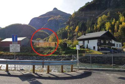 Her mener kommunen at lederen av planutvalget har satt i gang en ulovlig bygging av et hus. Foto: Aurland kommune