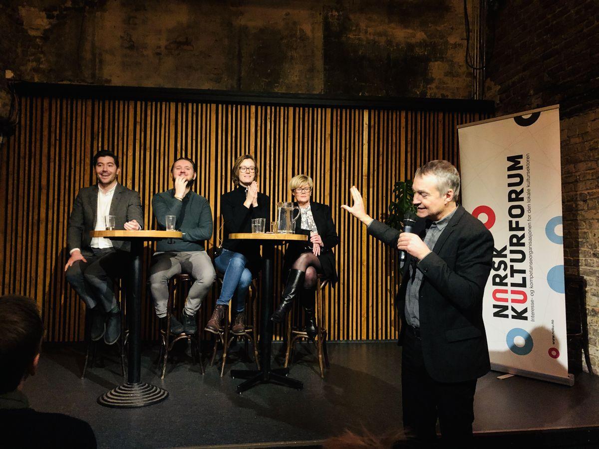 Kulturpolitikerne Grunde Almeland (V), Freddy André Øvstegård (SV), Anette Trettebergstuen (Ap) og Kristin Ørmen Johnsen (H) i debatt om kulturrapporten og ny kulturlov. Aslak Bonde styrer ordet. Foto: Tone Holmquist