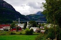 Her ser man Dalsfjordbrua i Dale i Fjaler kommune en sommerdag. Foto: Britt Glosvik