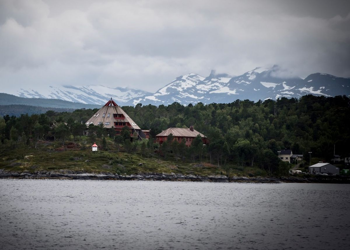 Store kostnader knyttet til den såkalte Tysfjord-saken, er én av grunnene til at nye Hamarøy søkte om hele 18,5 millioner. Bildet viser det lulesamiske senteret i Tysfjord. Foto: Lisa Rypeng